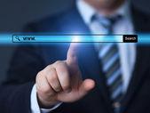 Mão de empresário, pressionando o botão de pesquisa — Fotografia Stock