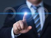 Affärsman du trycker på knappen med kontakt på virtuella skärmar — Stockfoto