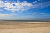 Pláž a tropické moře v létě — Stock fotografie