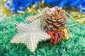 Christmas decorations and ornaments on green grass background — Stockfoto