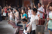 People praying at Chinese temple in Taiwan — Stock Photo