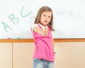 Azjatycki dziecko pisania na tablicy — Zdjęcie stockowe
