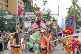 Costumed revelers march with floats in the annual Dream Parade o — Stock Photo