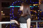 Kobieta bardzo azji przed światła miasta — Zdjęcie stockowe