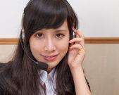 亚洲名年轻女子在呼叫中心 — 图库照片