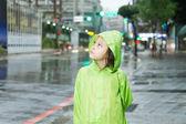 Jovem garota de pé na chuva gabardina verde — Fotografia Stock