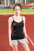 女性アスリート上に立っているリラックスしたスポーツ フィールドを見て来た — ストック写真