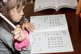 девушка, делать домашнее задание — Стоковое фото