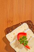 Donker gefokt met kaas van boven — Stockfoto