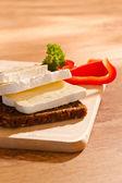 Buio allevati con formaggio piatto prospettica — Foto Stock