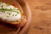 Escuro criados com vista superior do queijo de creme com dof — Foto Stock
