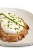Buio allevati con prospettiva piatto di formaggio ed erba cipollina — Foto Stock
