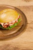 Crisp allevato su piatto in legno — Foto Stock