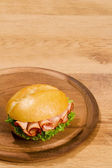 鮮明な木製の皿にコピー スペースで飼育 — ストック写真
