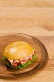Skarpa uppfödda på trä maträtt med kopia utrymme — Stockfoto