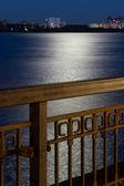 O aterro da cidade à noite — Foto Stock