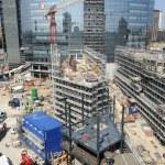 grues de construction et de construire des maisons — Photo