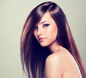 Uzun saçlı esmer güzel — Stok fotoğraf