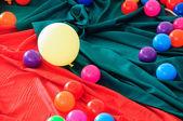 五颜六色的塑料球,在织物地面上设置. — 图库照片
