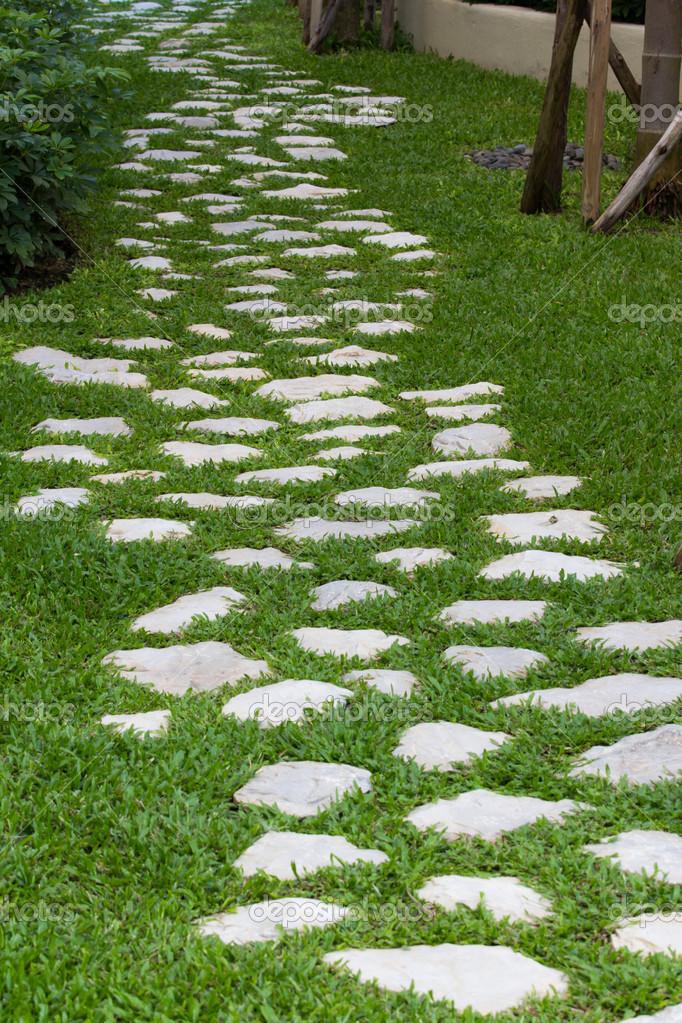 pedras de jardim tipos : pedras de jardim tipos:Caminho de pedra no jardim — Fotografias de Stock © tuthelens
