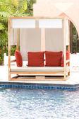 Letto in legno piscina presso la piscina — Foto Stock