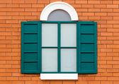 Zielone okna drewniane — Zdjęcie stockowe