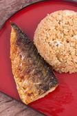 Grelhado saba de peixe com arroz frito — Fotografia Stock