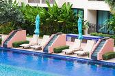 Letto piscina accanto alla piscina — Foto Stock