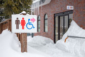 Restroom sign in the snow, show the way — Foto de Stock