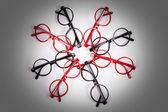 Pile de lunettes rouge et noirs avec vignette — Photo