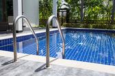 Yüzme havuzu-merdiven — Stok fotoğraf
