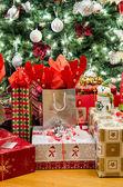Mnoho dárků pod stromeček — Stock fotografie