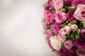Un hermoso ramo de rosas aislado en blanco — Foto de Stock