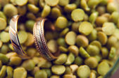 Wedding rings in green peas — Foto Stock