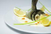 Poisson frit avec sauce et caviar — Photo