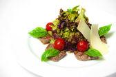 Salát se zeleninou a masem na bílém pozadí — Stock fotografie