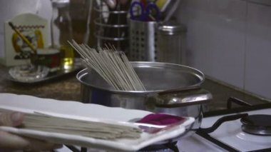 Chef adding the soba noodles to boiling water — Stock Video