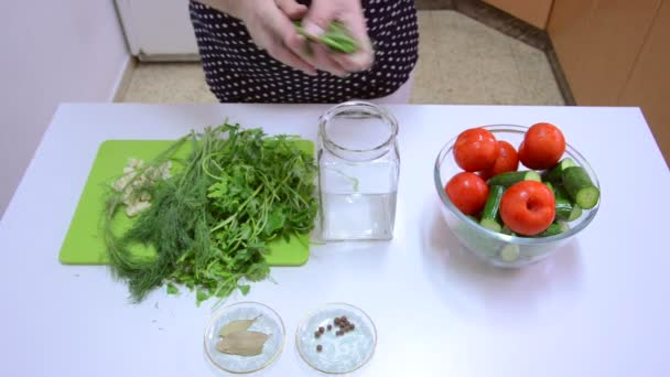 Canning begins with fresh dill and parsley — Vidéo