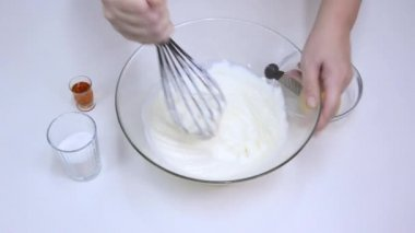 Whisking together mascarpone and confectioners' sugar — Stock Video