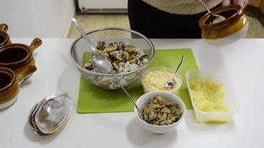 βάζοντας τα πήλινα σκεύη σε ένα κρύο φούρνο μαγειρέματος — ストックビデオ