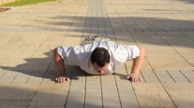 Glutton man can not do push-ups — Stock Video