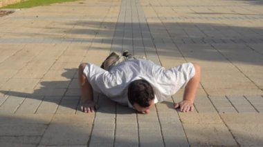 Mature fat man can not do push-ups — Stock Video