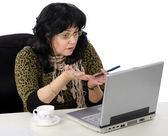 Teacher uses her laptop online — Stock Photo