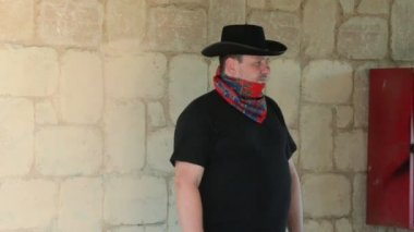 Bandana eşarp yüzünde kovboy — Stok video