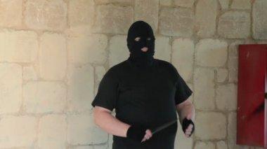 Thug in balaclava ambushing with knife — Stock Video