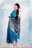 Caucasian woman posing in blue sari — Stockfoto