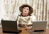 Lost in time old woman looking at laptop so wary — Foto de Stock