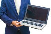 деловой человек с ноутбуком и показать на камеру — Стоковое фото
