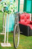 Vintage Bisiklet ve çiçek kırmızı koltuk — Stok fotoğraf