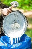 Mano agricoltore serbatoio latte dall'albero della gomma — Foto Stock